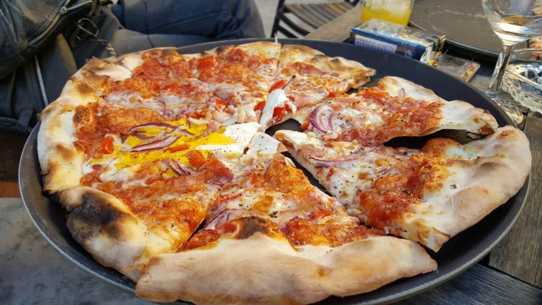 Une pierre réfractaire pour cuire une pizza