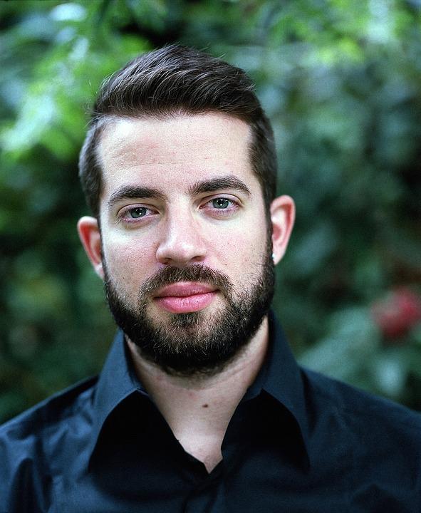 homme avec barbe
