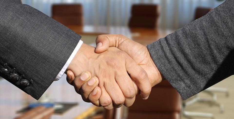 négocier: serrer les mains