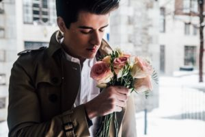 homme-sent-fleurs