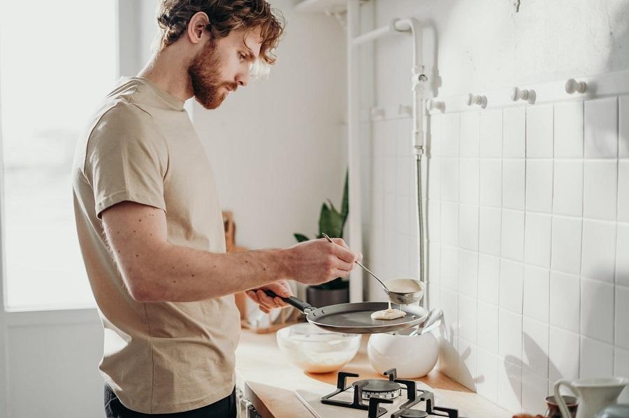 homme-cuisine-pancakes