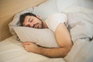 homme-dormir-lit-oreiller